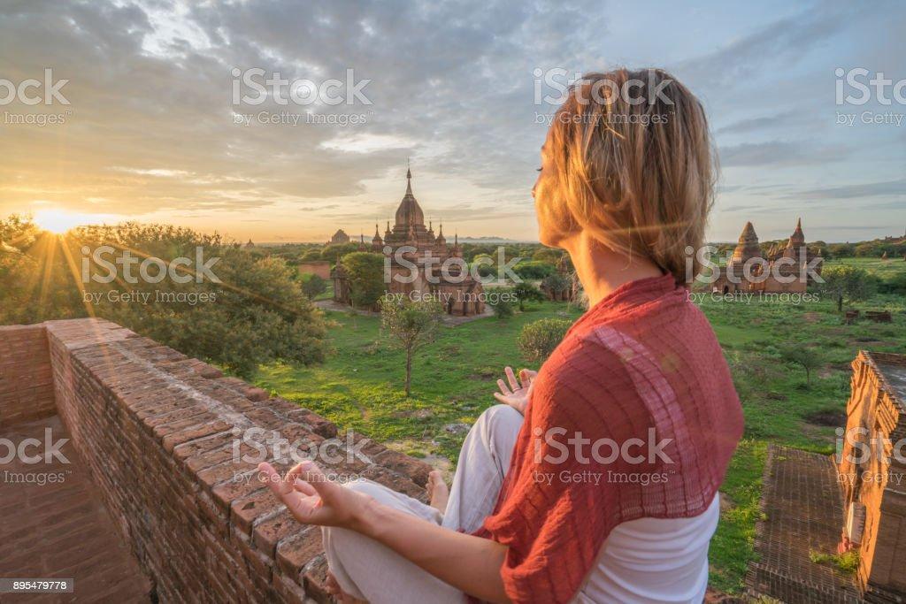 Mädchen an der archäologischen Zone von Bagan zu meditieren, bei Sonnenaufgang, Myanmar – Foto