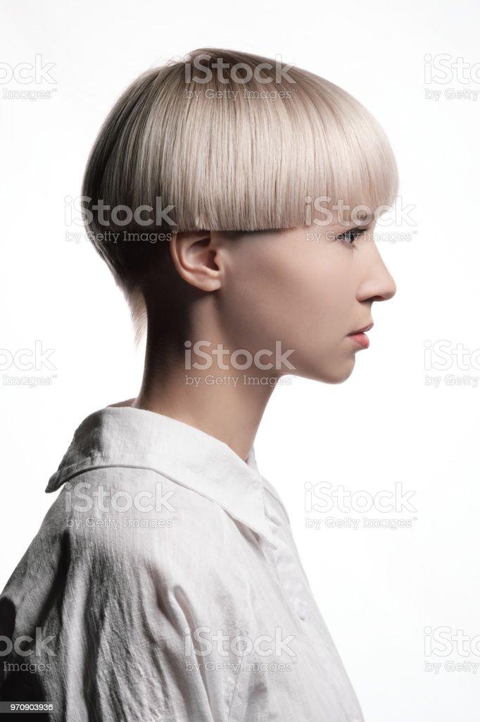 Kurzes blondes weißes Mädchen