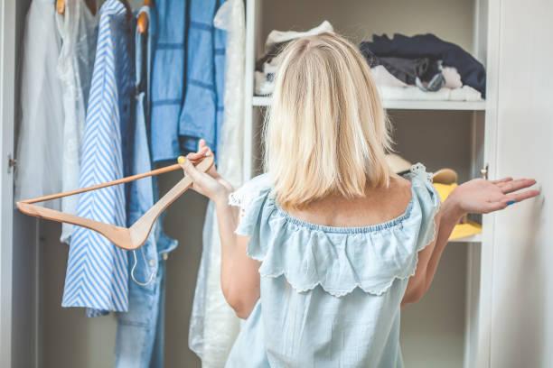 kız giysileri ile bir gardırop yakınındaki ne giyeceğimi seçemezsiniz. ağır kavramı giyecek bir şeyim var. - gardrop stok fotoğraflar ve resimler