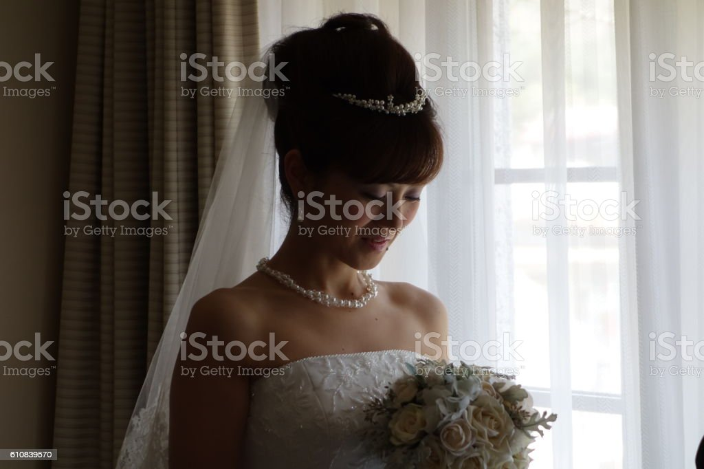 Girl of the wedding dress form with the bouquet - foto de stock