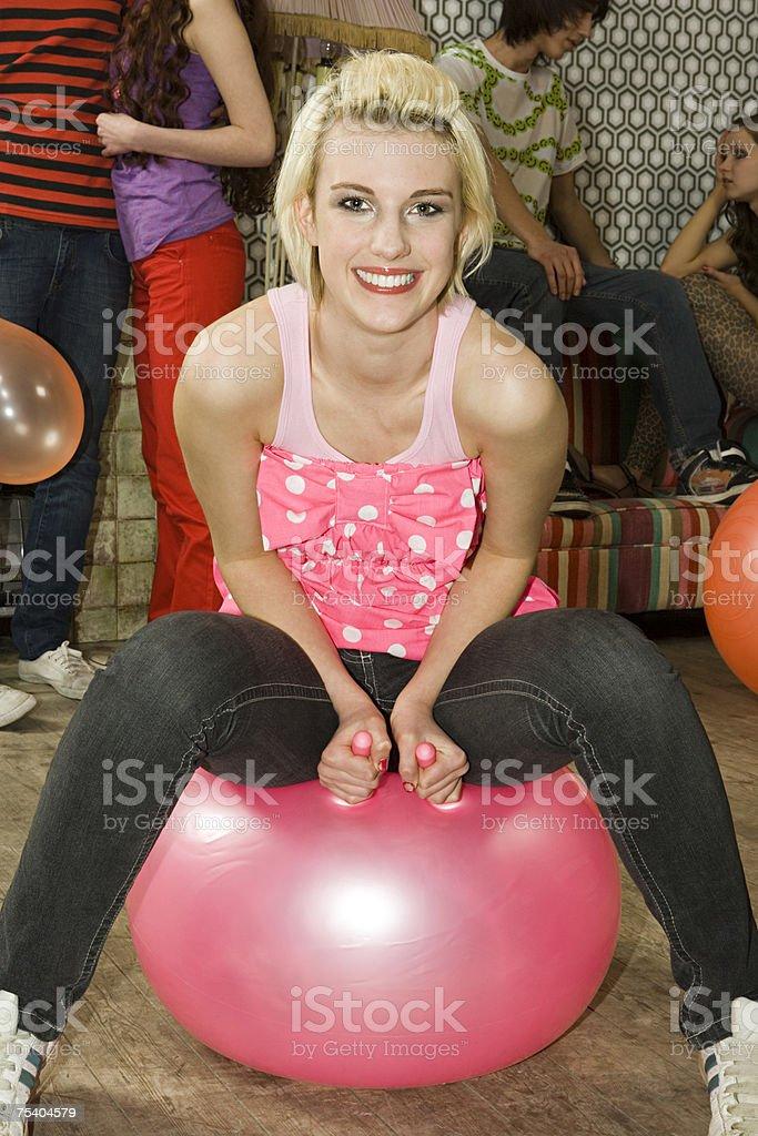 Menina com um Balão Saltador foto de stock royalty-free
