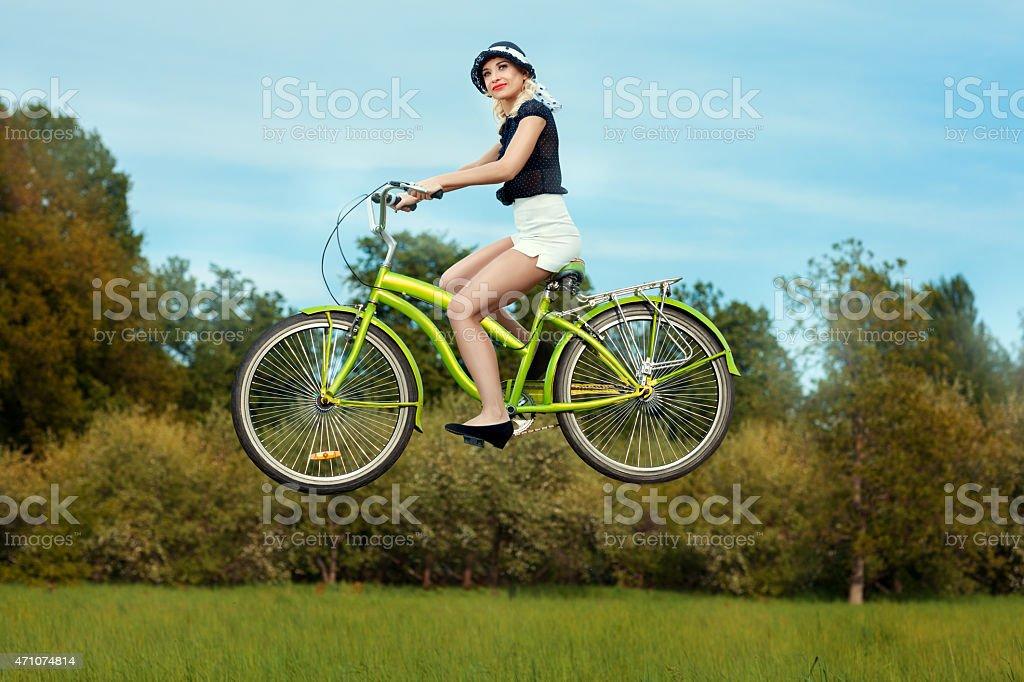 Девушка на велосипеде мухи. стоковое фото