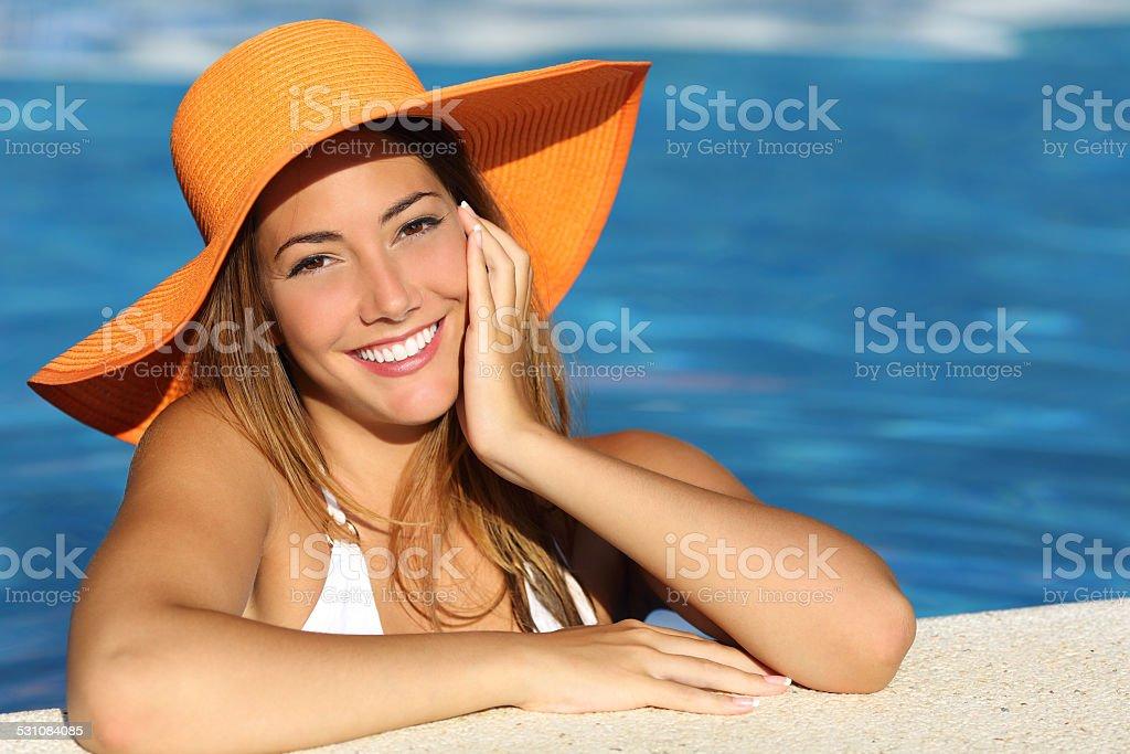 Garota nas festas de final de ano com um sorriso branco perfeito foto royalty-free