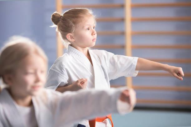 mädchen auf karate-klasse - asiatischer kampfsport stock-fotos und bilder