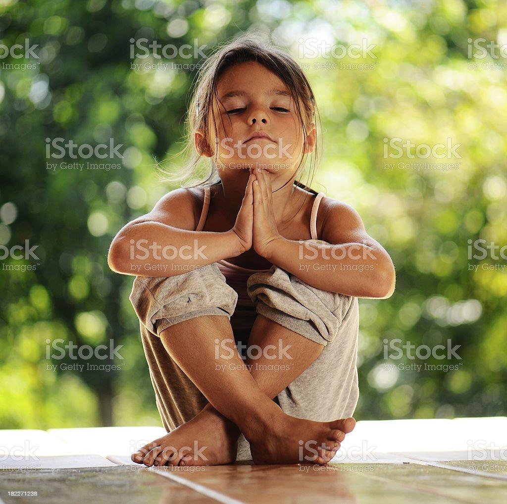 Mädchen in eine meditation am Morgen-park – Foto