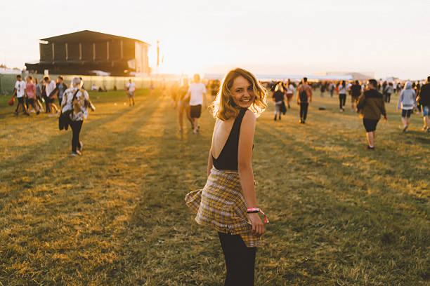 girl on music festival - traditioneel festival stockfoto's en -beelden