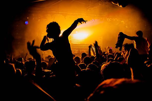 Fille sur les épaules de la Silhouette night-club - Photo