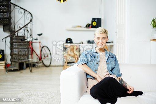 Mädchen Auf Sofa Stock-Fotografie und mehr Bilder von Ansicht von oben