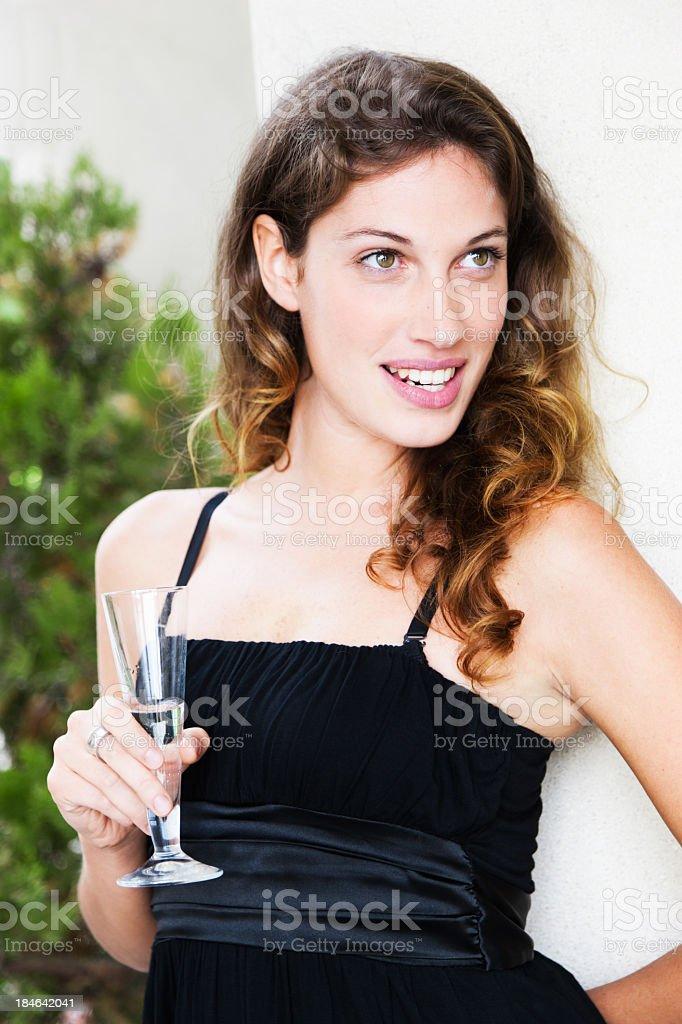 fille avec une coupe de champagne la f te d t souriant sur photos et plus d 39 images de. Black Bedroom Furniture Sets. Home Design Ideas