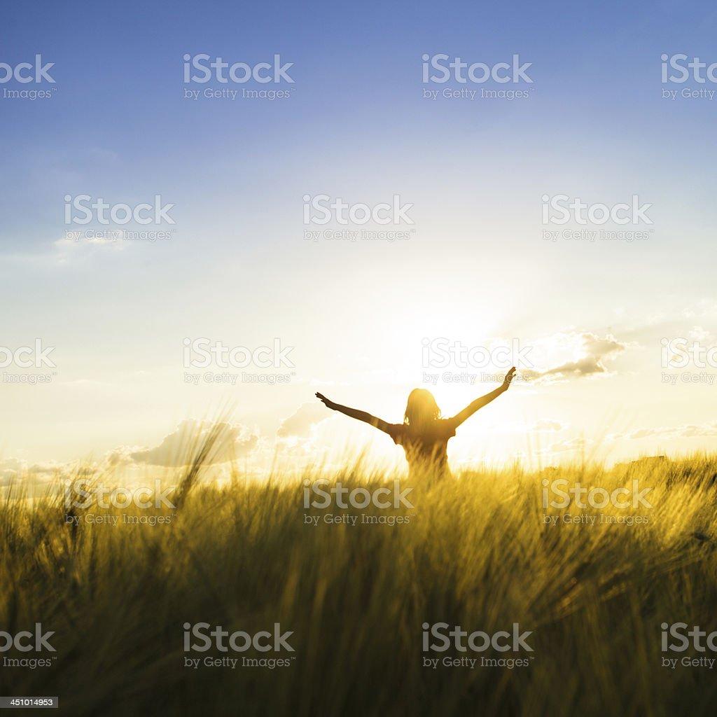 Mädchen am Sonnenuntergang – Foto