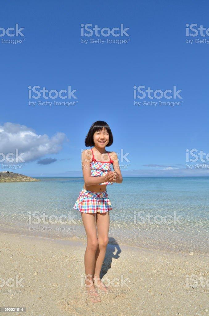 Une fille sur la plage - Photo