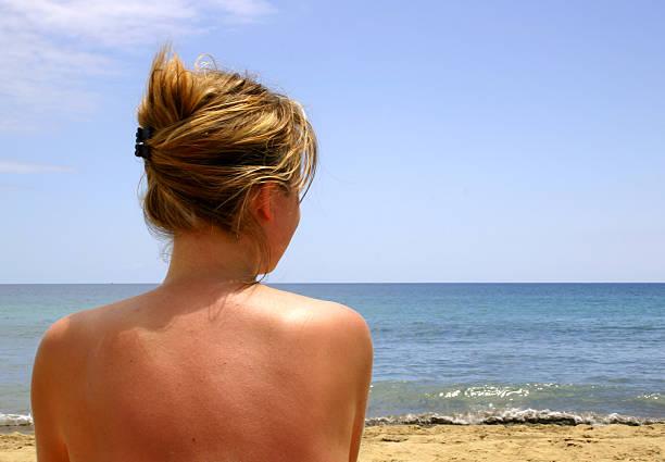 mädchen am strand - fkk strand stock-fotos und bilder