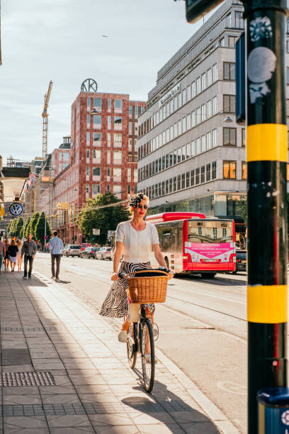 Mädchen auf dem Fahrrad in Stockholm – Foto
