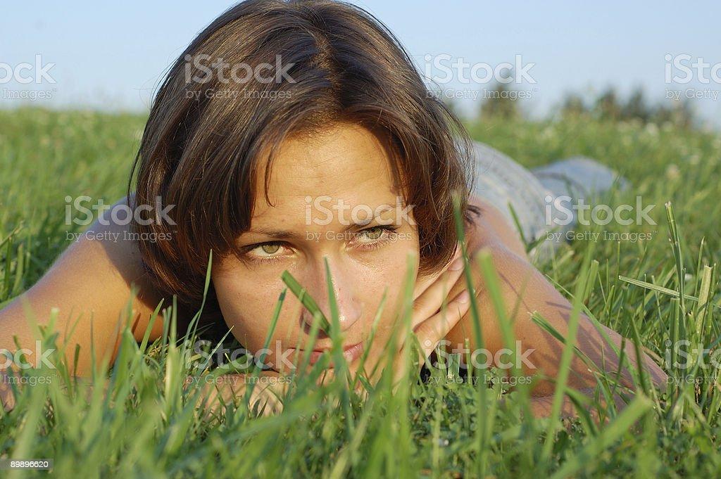 Mädchen auf dem Rasen Lizenzfreies stock-foto