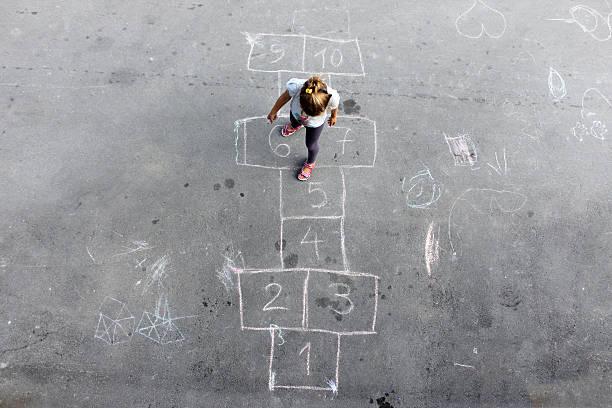girl on the rayuela - patio de colegio fotografías e imágenes de stock