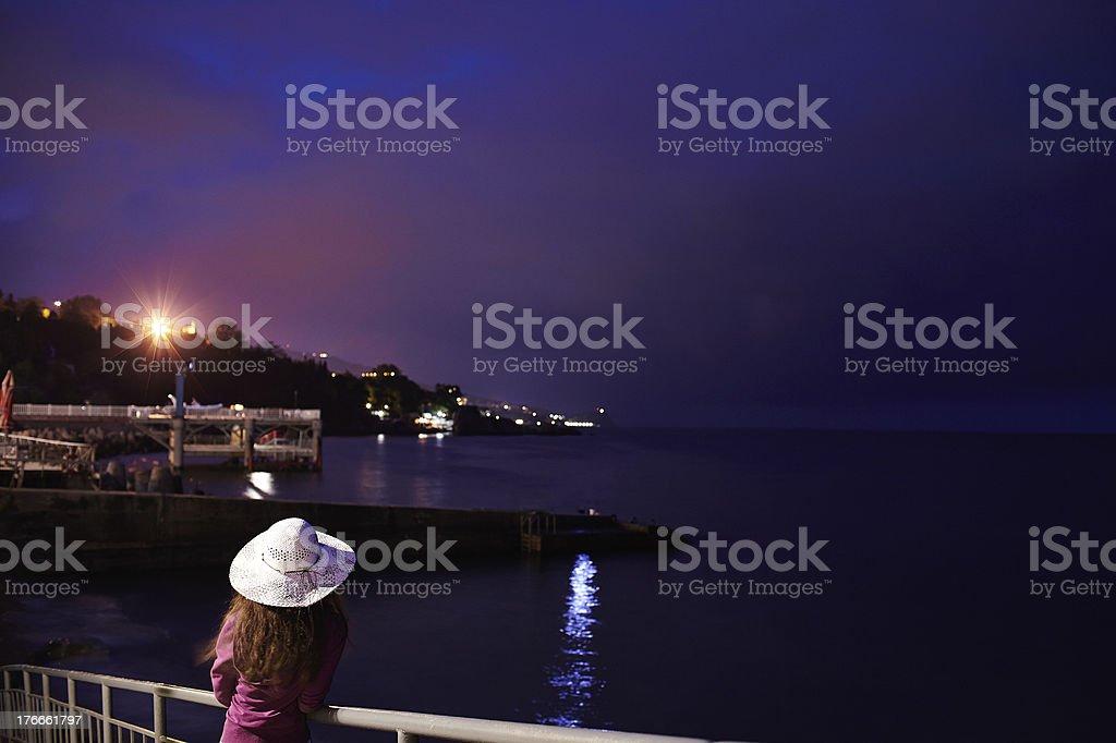 Chica en el muelle foto de stock libre de derechos