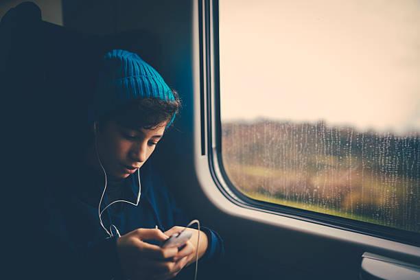 Mädchen auf Zug mit smartphone – Foto