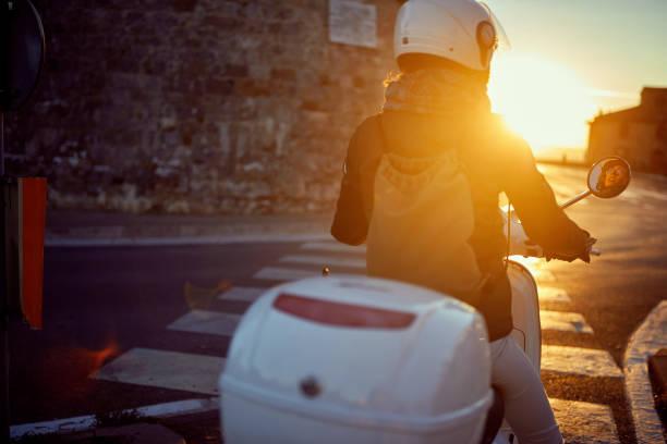 Mädchen auf Vespa Scooter in der Stadt. Biker. – Foto