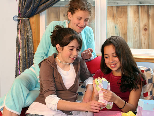 mädchen eröffnung geschenke an ihrem geburtstag party - geburtstagsgeschenke für beste freundin stock-fotos und bilder