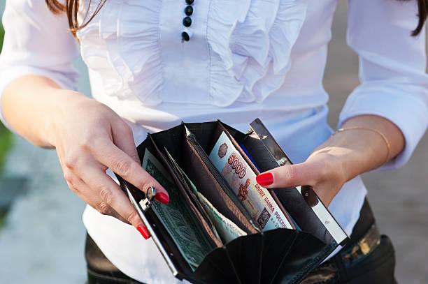 지갑 여자아이 열립니다 - 러시아 루블 뉴스 사진 이미지