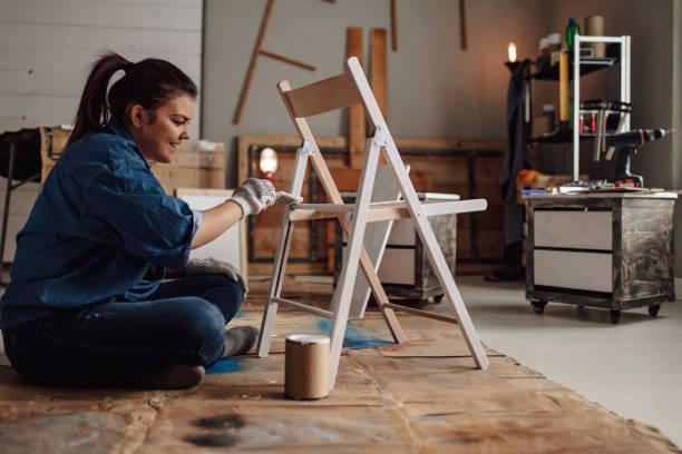 女の子の絵画椅子 - 椅子 家具 ストックフォトと画像