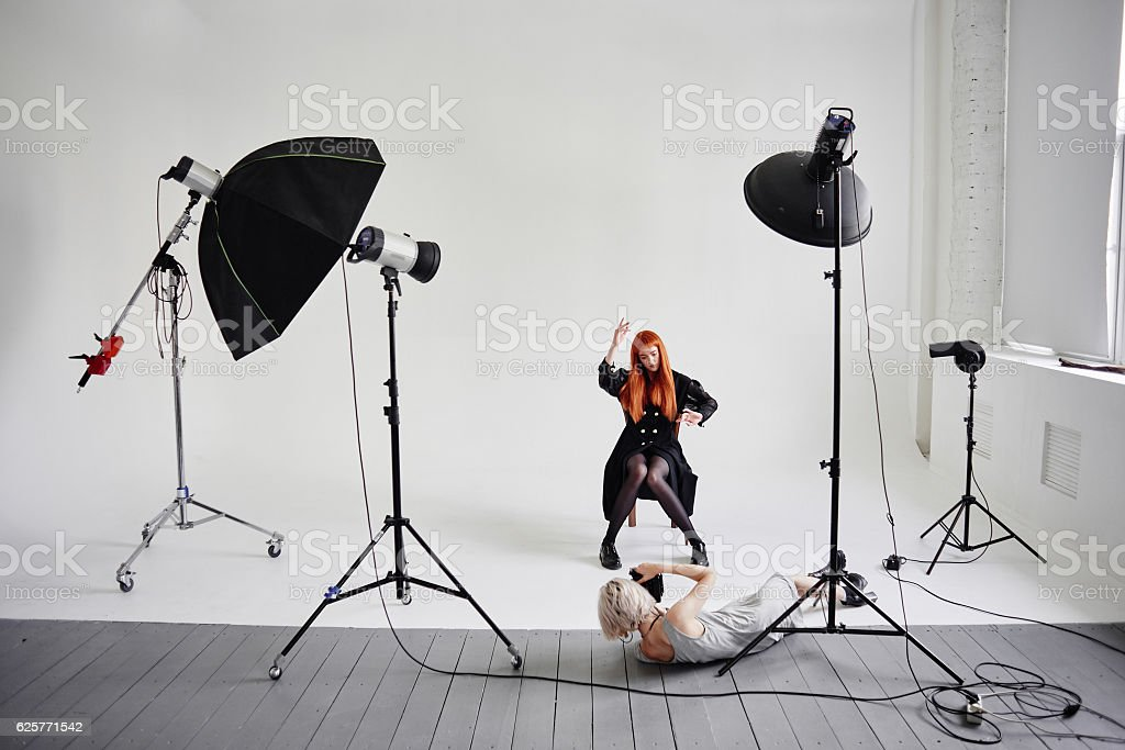 Girl photographer photographing fashion models in Studio – Foto