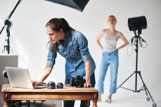 Mädchen-Fotografen arbeiten im Studio – Foto