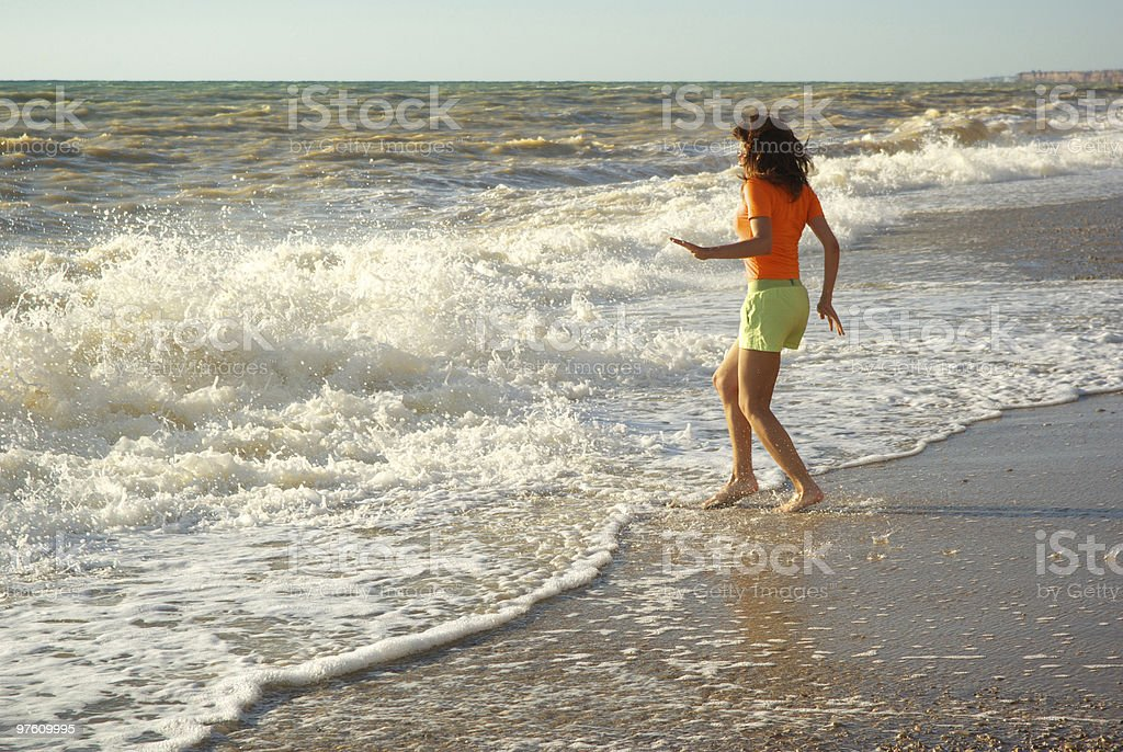 Fille sur la plage photo libre de droits
