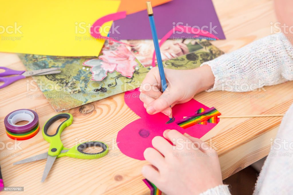 Girl play with scissors and color paper – zdjęcie