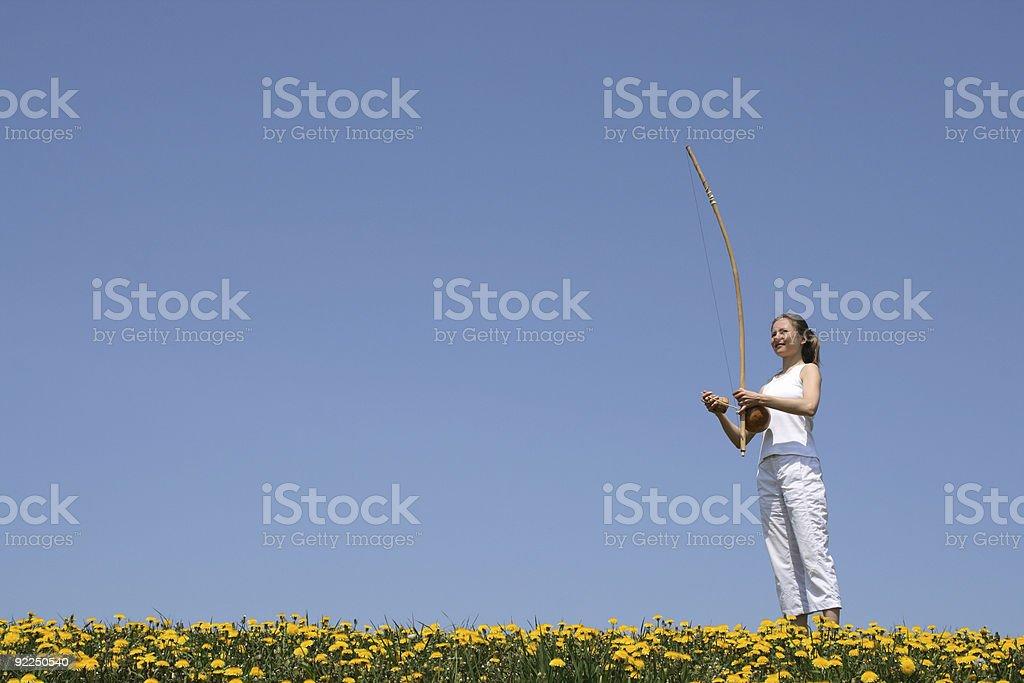 Garota tocando berimbau na primavera meadow - foto de acervo