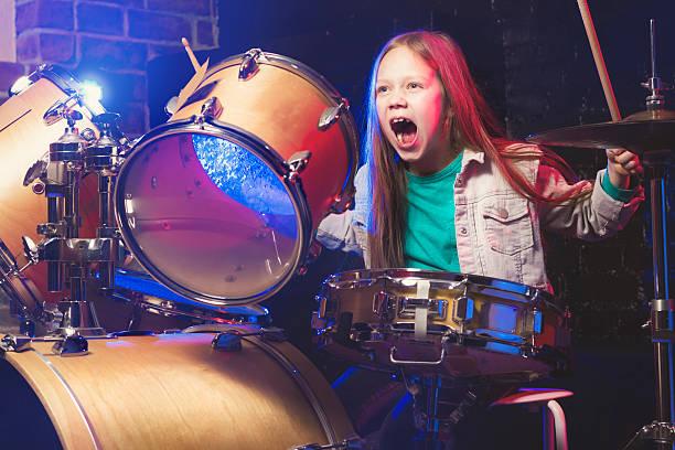 Dziewczyna gra na perkusji – zdjęcie