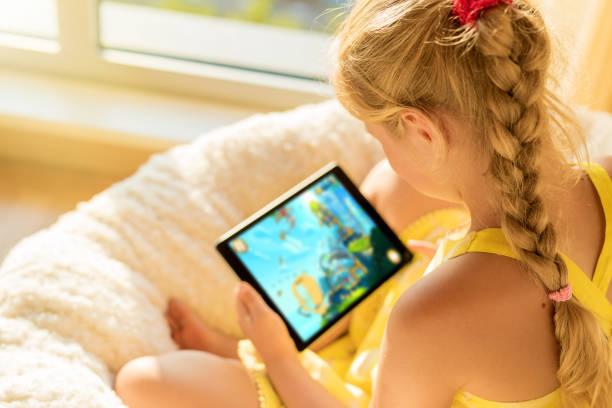 Mädchen spielen auf dem Tablet PC – Foto