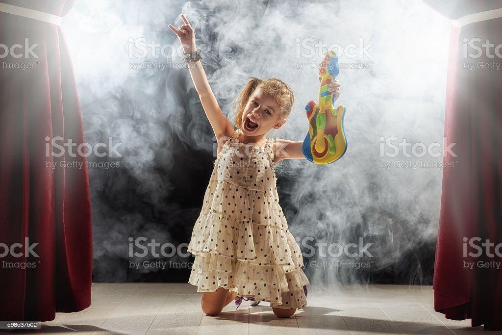 girl playing guitar on stage photo libre de droits