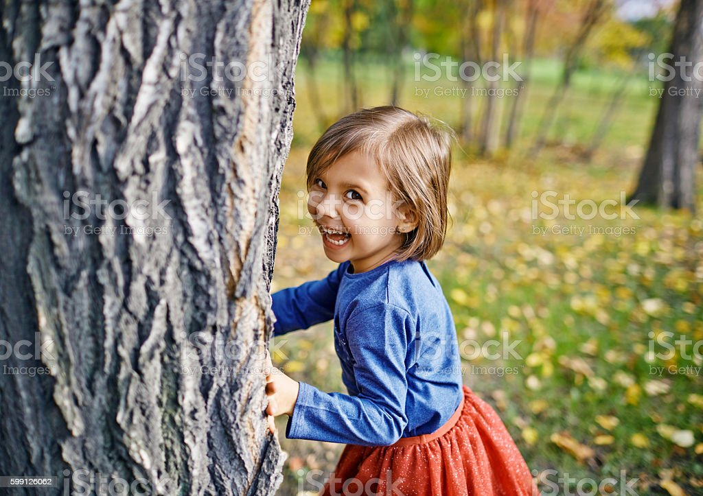 Girl Playing Hide and Seek in Park – Foto