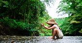 渓流で遊ぶ少女