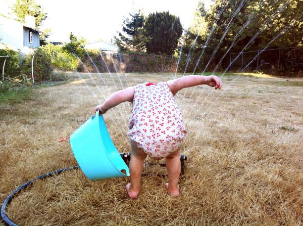 Fille jouant avec extincteur automatique - Photo