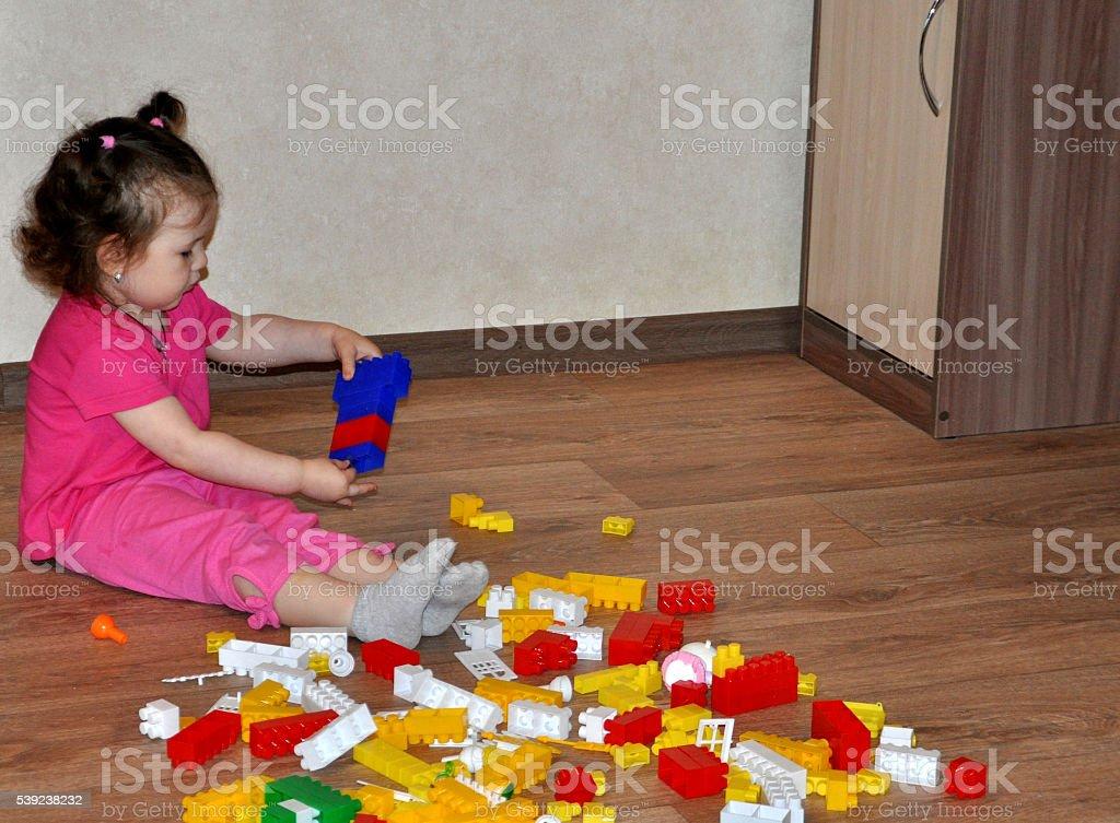 Niña jugando en casa o jardines de infancia jugando diseñador foto de stock libre de derechos