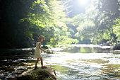 渓流で遊ぶ女の子