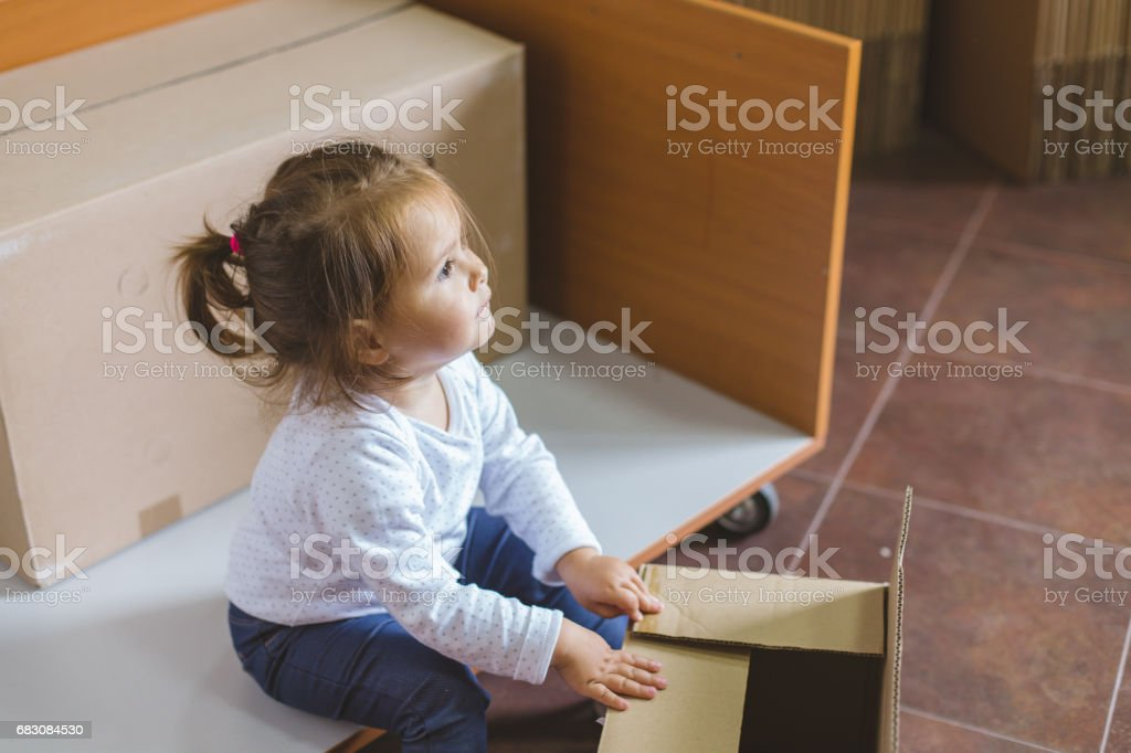 Girl playing inside with the box foto de stock royalty-free
