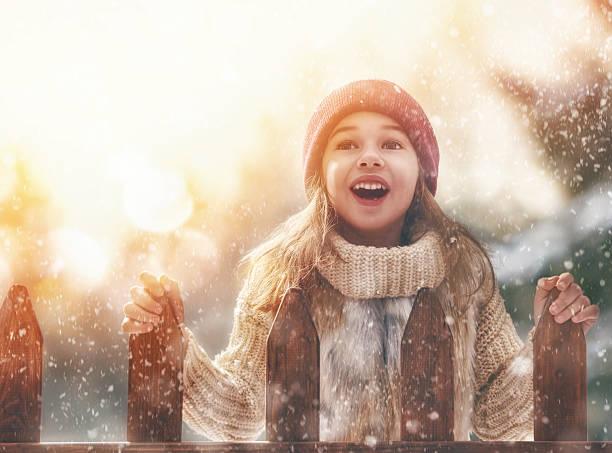 mädchen spielen auf einen winter fuß - mützenschal stock-fotos und bilder