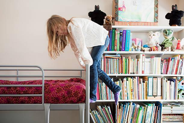 mädchen spielen auf etagenbett - etagenbett weiss stock-fotos und bilder