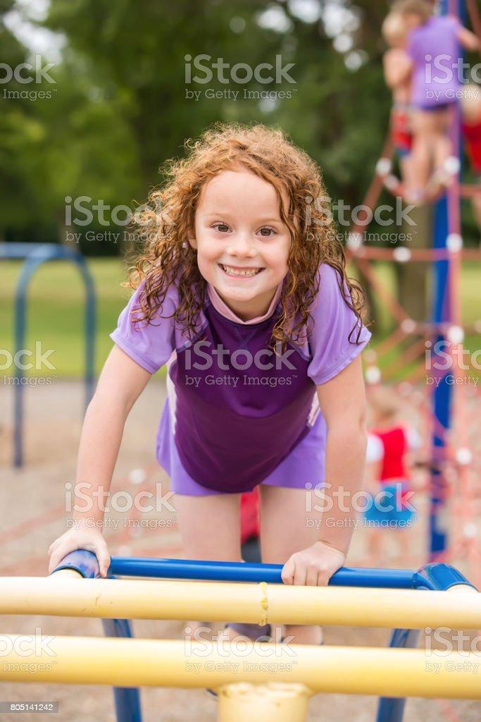 photo de stock de fille jouant sur laire de jeu jungle gym images