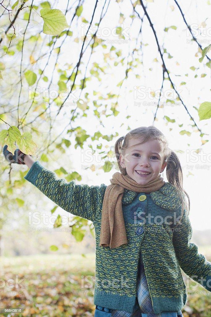 Niña jugando al aire libre en otoño foto de stock libre de derechos