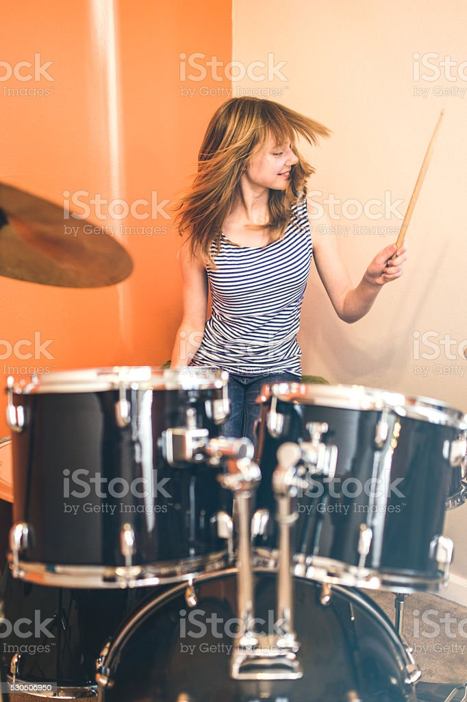 Garota tocando os tambores Rock and roll - foto de acervo