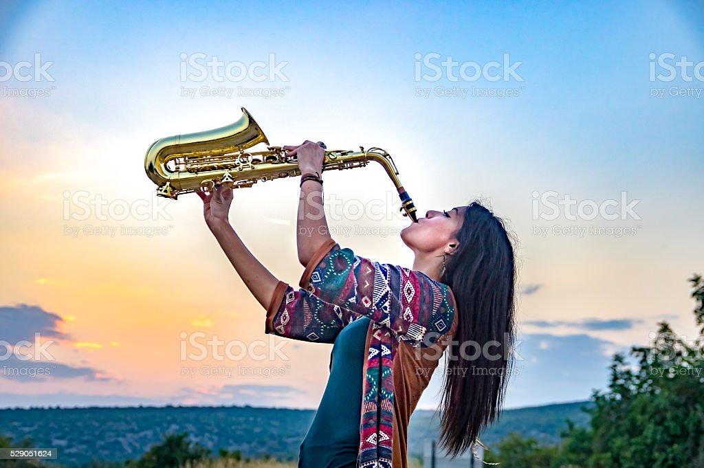 Mädchen spielen am Saxophon – Foto