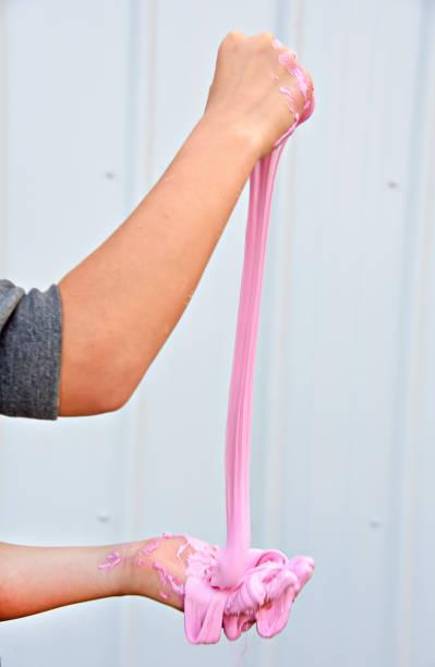 Chica jugando con limo rosa - foto de stock