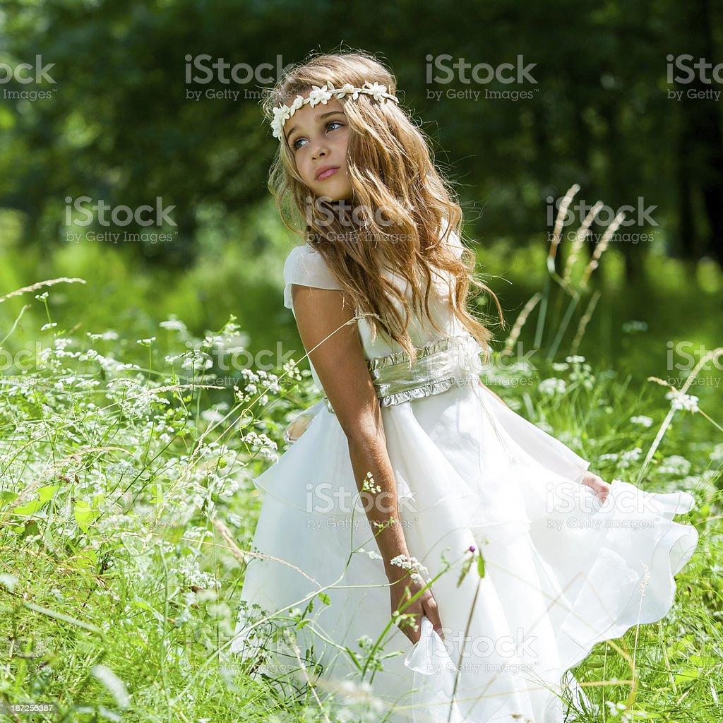 Mädchen spielen mit weißen Kleid im Feld. – Foto