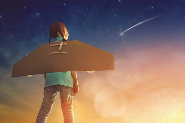 mädchen spielt astronaut - erfolgreich wünschen stock-fotos und bilder