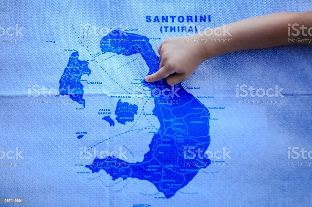 Girl Los Puntos De Dedo En El Mapa De La Isla De Santorini