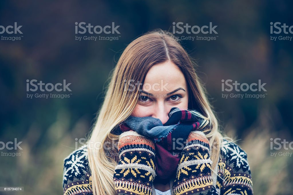 girl portrait in field – Foto